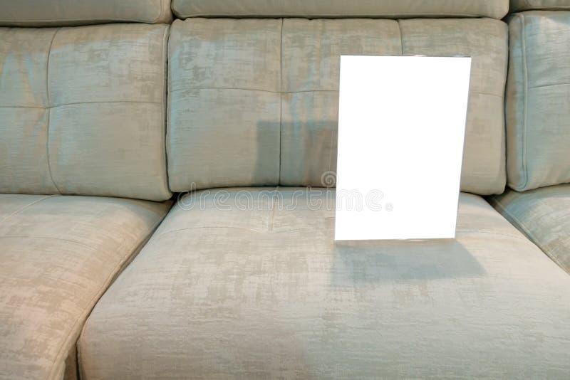Un sofa à vendre avec un signe instructif vide image libre de droits