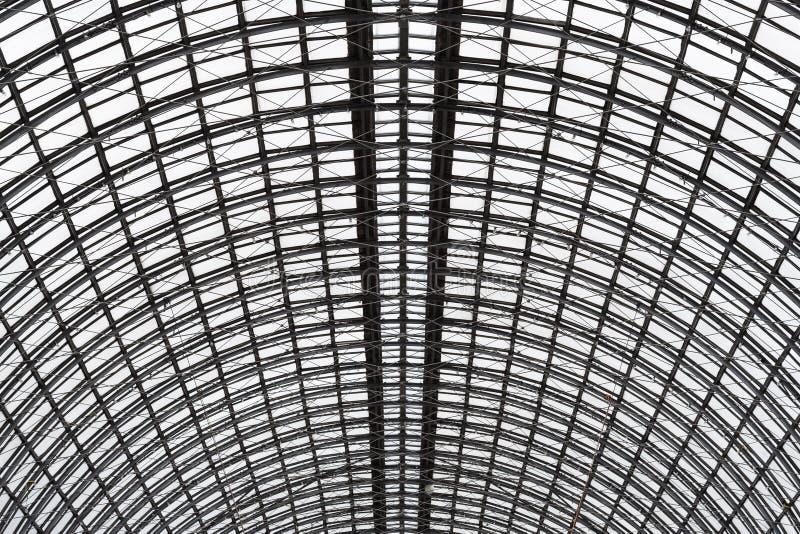 Un soffitto emisferico di vetro e di metallo in costruzione moderna come fondo, struttura immagine stock libera da diritti