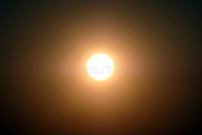 Un sol o una luna brillante en el centro en un cielo oscuro Fondo del diseñador imágenes de archivo libres de regalías