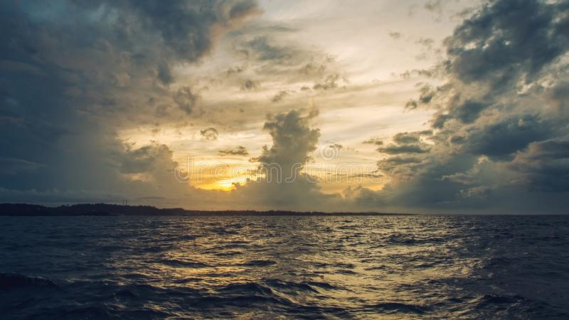 Un sol sube imagen de archivo libre de regalías