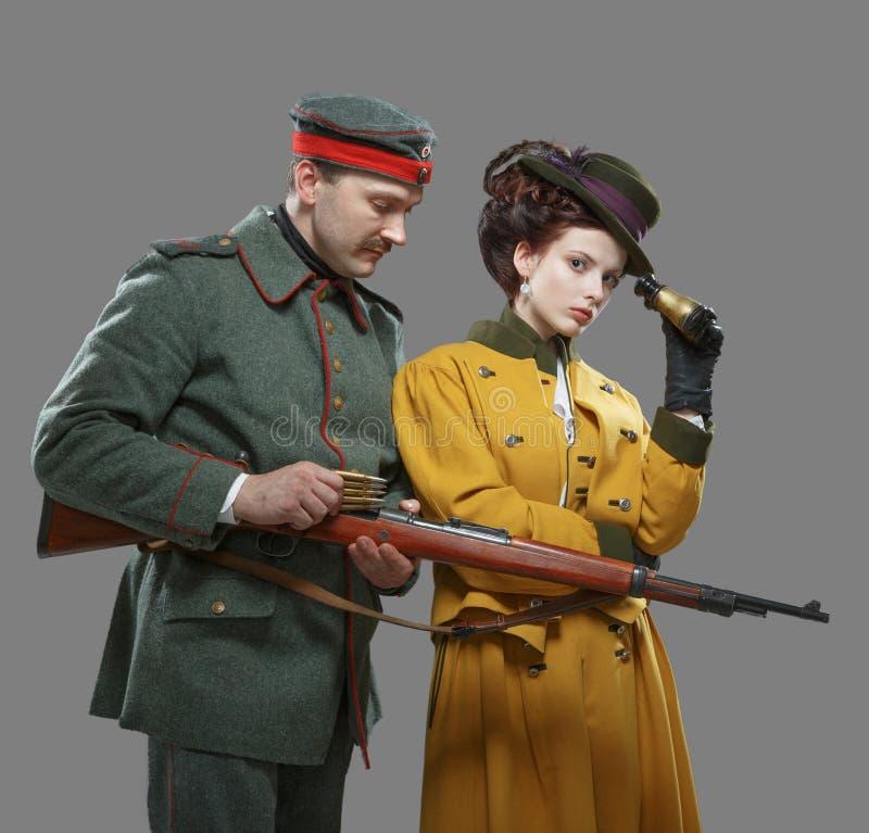 Un soldado alemán con la señora en la caza foto de archivo