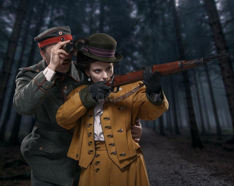 Un soldado alemán con la señora en la caza en el bosque imágenes de archivo libres de regalías