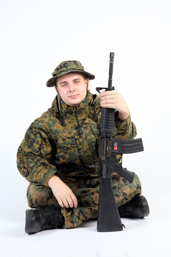 Un soldado con el arma foto de archivo libre de regalías