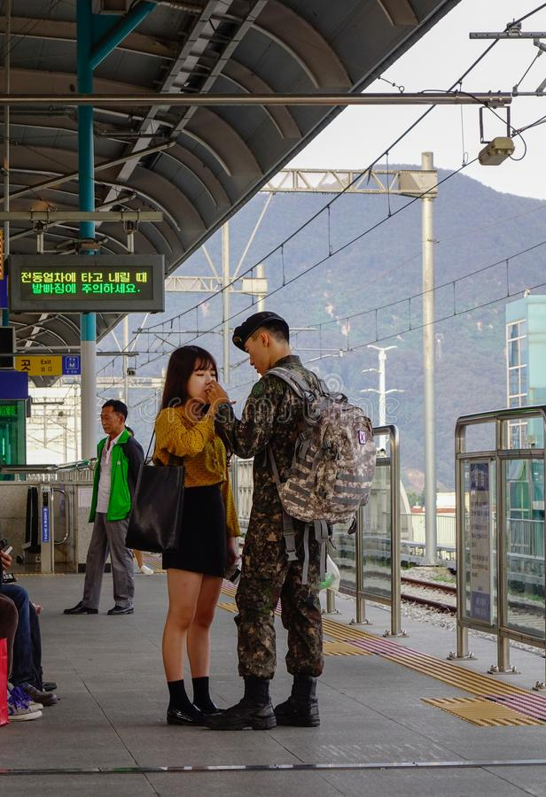 Un soldado dice adiós con su amante imágenes de archivo libres de regalías