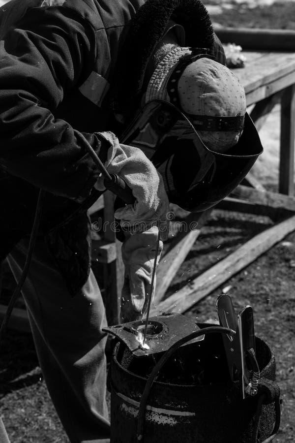 Un soldador experimentado en el trabajo Proceso de la preparación y de la soldadura del horno del arrabio  Foco de la selecci?n P fotografía de archivo