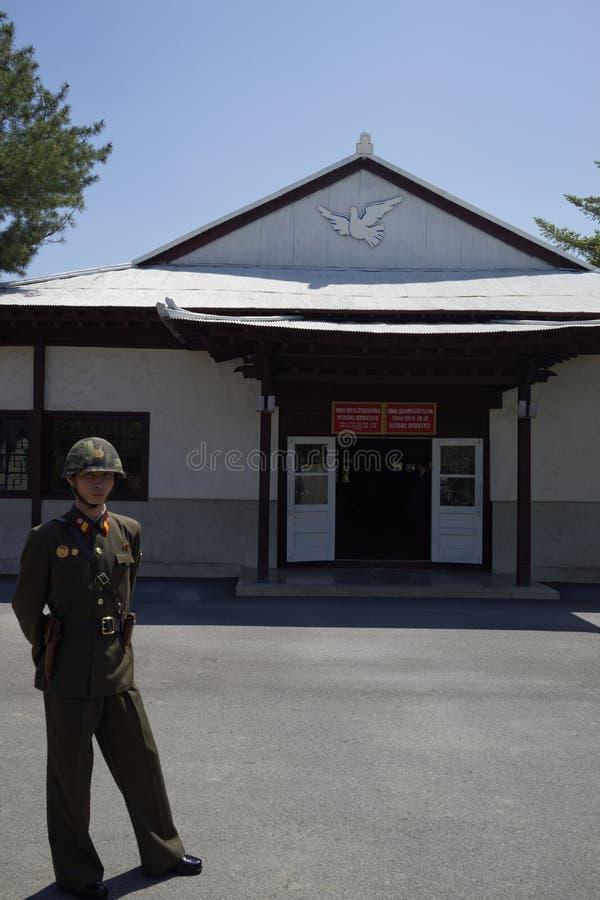 Un soldat dans DMZ, Corée du Nord (DPRK) photos stock