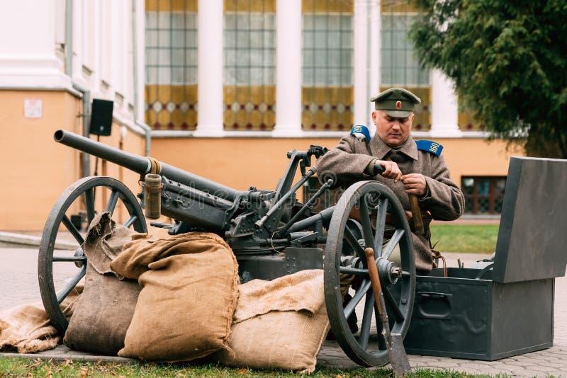 Un soldat de la garde blanche prépare des armes pour la bataille Allez photo libre de droits