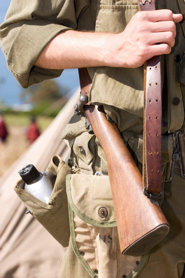 Un soldat préparé images stock