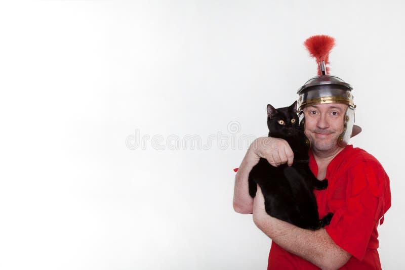 Un soldat romain avec un chat noir images stock
