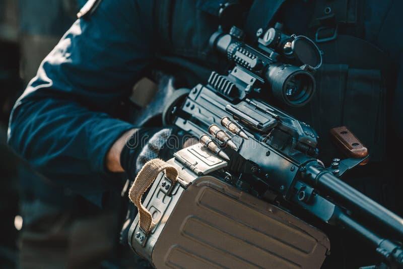 Un soldat sur une mission court porter une arme à feu avec une vue télescopique Zone de guerre image libre de droits