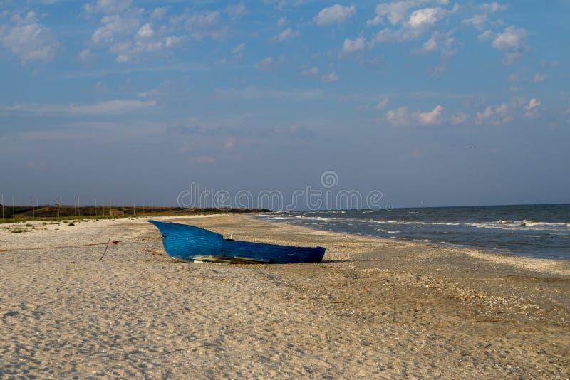 Un solo barco de pesca en la playa imagenes de archivo