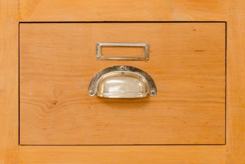 Un solo cajón viejo del gabinete con la manija del metal fotografía de archivo libre de regalías