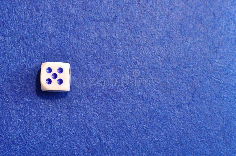 Un solo dado con el número cinco fotografía de archivo