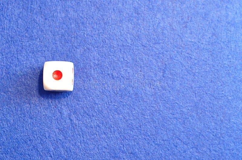 Un solo dado con el número uno imagen de archivo libre de regalías