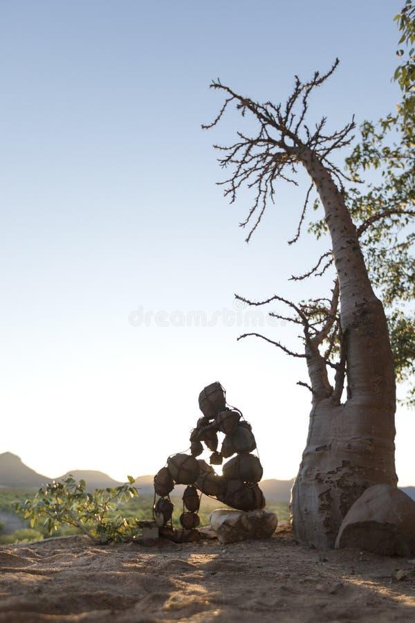 Un solo hombre de piedra solitario del Kaokoland Comtemplando qu? existencia est? en el ?rea dura m?rmol Kaokoland Regi?n de Kune foto de archivo