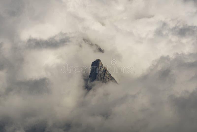 Un solo pico entre las nubes Macizo de Mont Blanc montan@as imagen de archivo libre de regalías