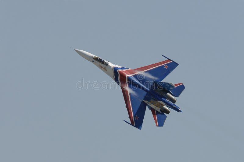 Un solo vuelo del piloto MIG29 en un salón aeronáutico en la ciudad de Pushkin fotografía de archivo libre de regalías