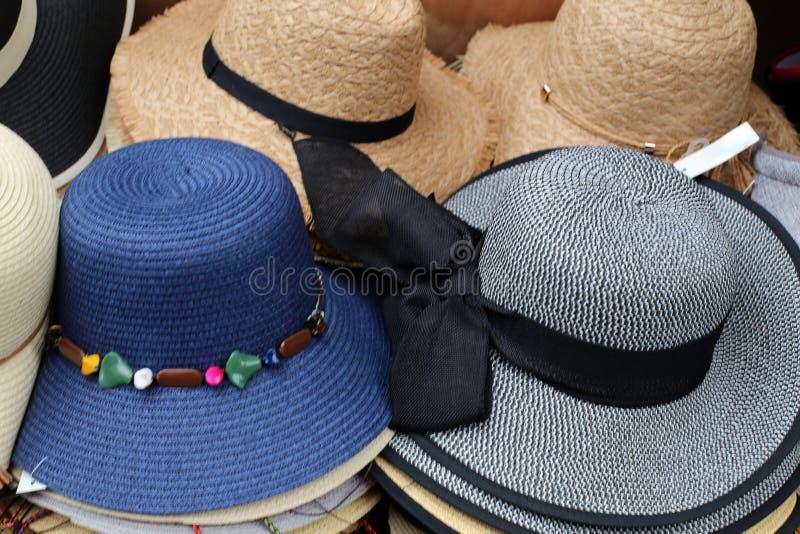 Un sombrero es un sombrero con una cola y generalmente con un borde fotos de archivo libres de regalías