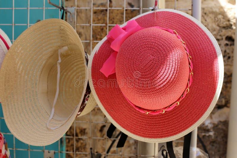 Un sombrero es un sombrero con una cola y generalmente con un borde imagen de archivo libre de regalías