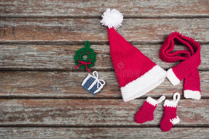 Un sombrero rojo de la Navidad amigurumi hecho a mano fotos de archivo