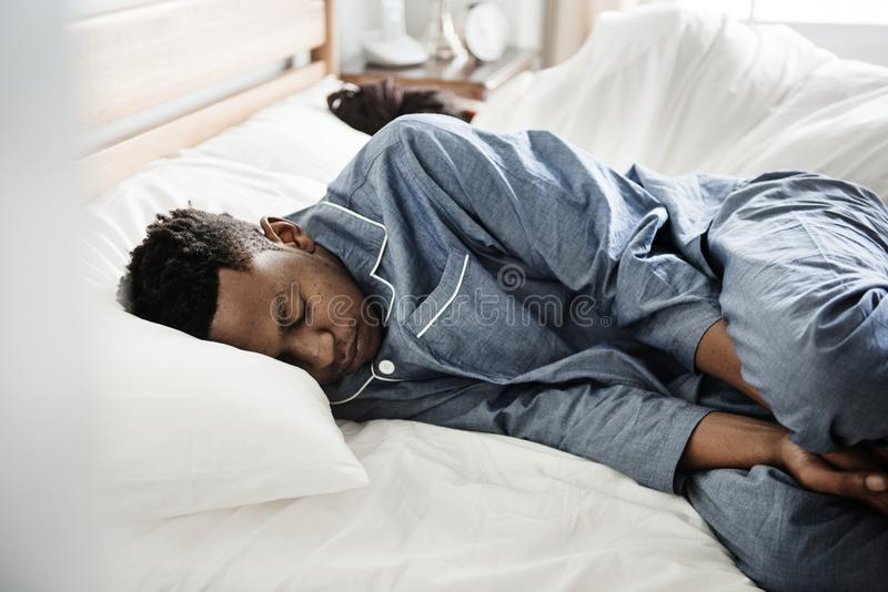 Un sommeil de couples dos à dos sur le lit photos libres de droits