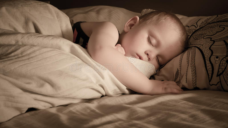 Un sommeil de garçon images stock