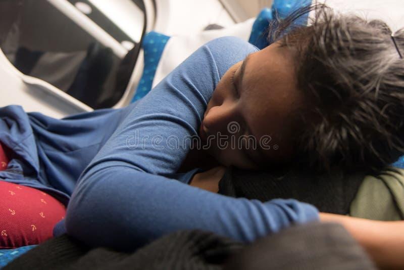 Un sonno della donna sul sedile al treno di notte immagine stock libera da diritti