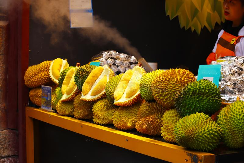 Un soporte del Durian en el mercado en Lijiang, Yunnan, China imagen de archivo
