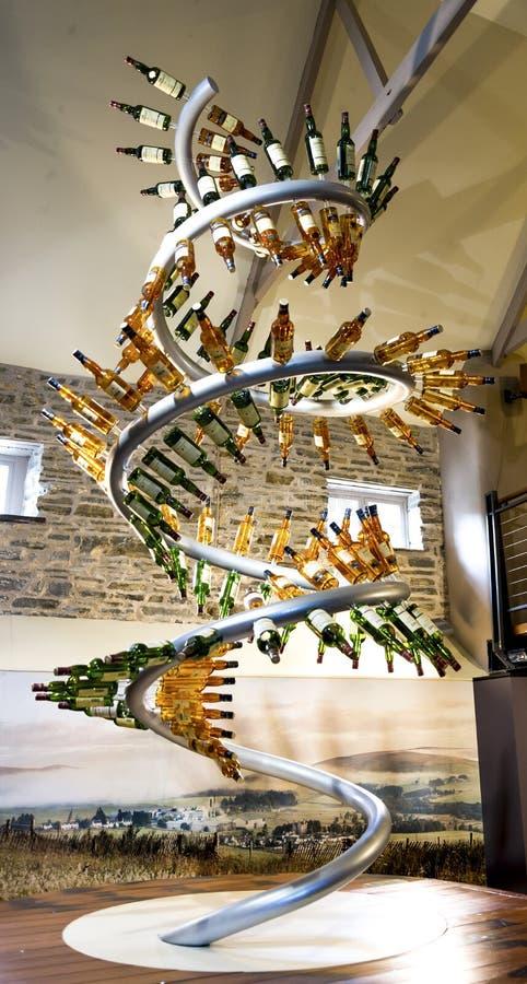 Un soporte espiral con las diversas botellas de whisky en la entrada a la exposición y al café, Escocia de la destilería de Glenl imagen de archivo