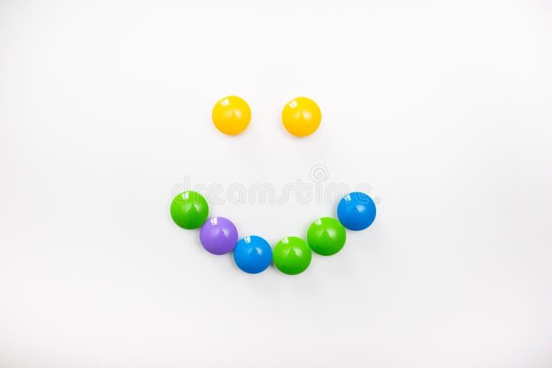 Un sorriso fatto dai giocattoli dei bambini Figure multicolori per i giochi immagini stock libere da diritti