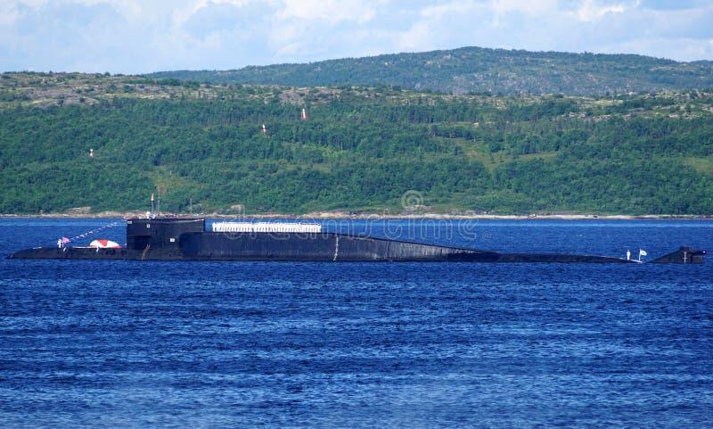 Un sottomarino atomico russo del missile balistico della classe di delta-IV in Kola Bay, Russia immagini stock