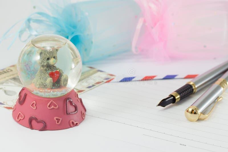 Un souvenir de boule en verre d'un bel ours images libres de droits