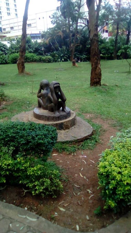 Un statut gentil des jumeaux dans le jardin dans le yaoundé photographie stock libre de droits