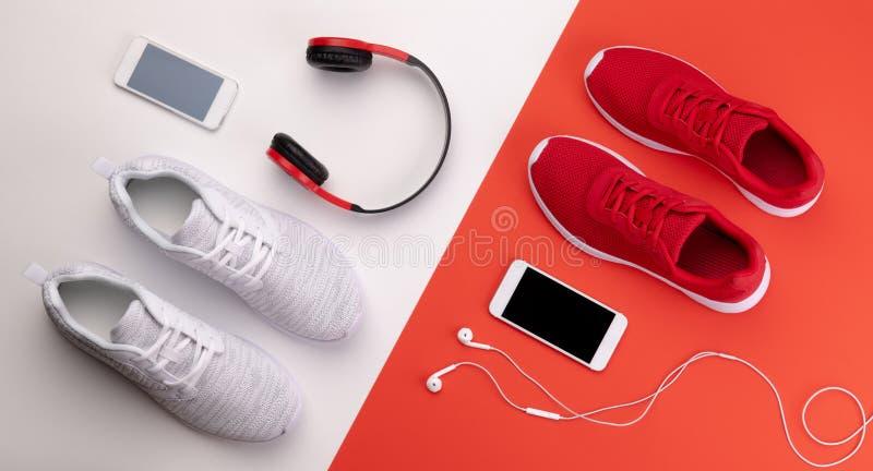 Un studio tiré des chaussures de course, du smartphone et des écouteurs sur le fond de couleur images libres de droits