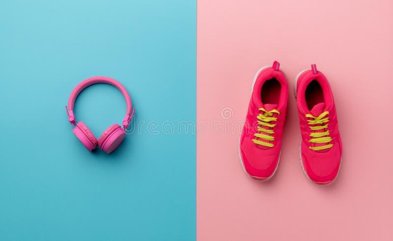 Un studio tiré des chaussures de course et des écouteurs sur le fond de couleur images libres de droits
