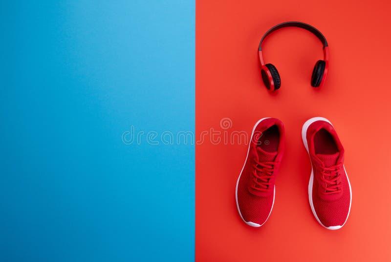 Un studio tiré des chaussures de course et des heaphones sur le fond de couleur Configuration plate images libres de droits