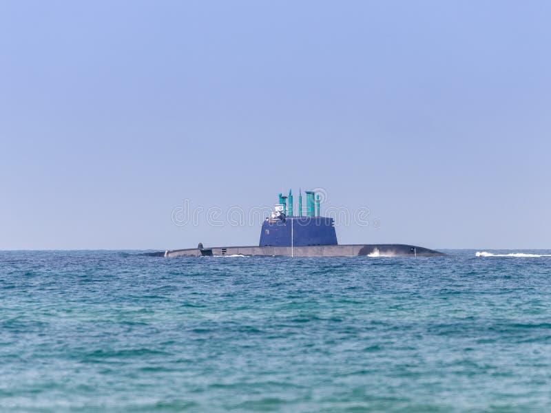 Un submarino del combate está participando en un desfile marítimo Costa de Haifa en honor del 70.o aniversario de la independenci imagen de archivo