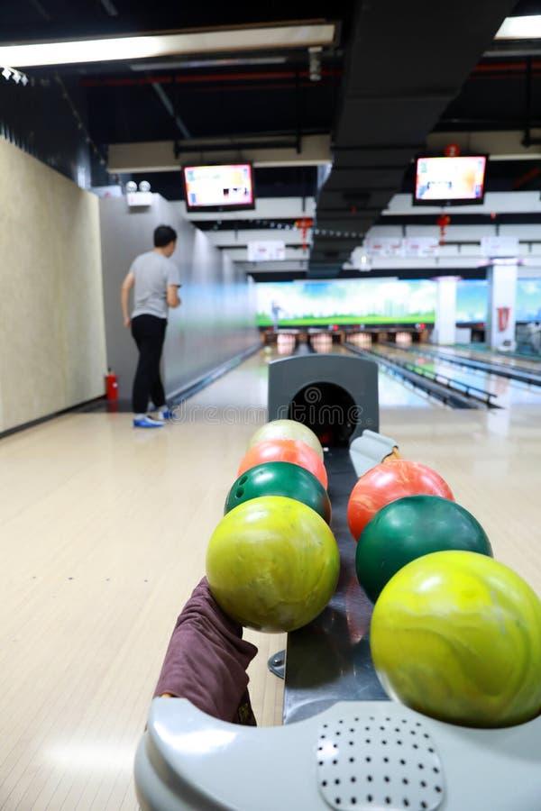 Un support de vieilles boules de roulement us?es photo stock