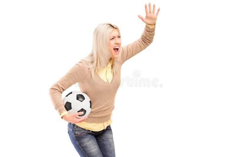 Un Supporter Femelle Retenant Un Football Et Des Cris Photos stock