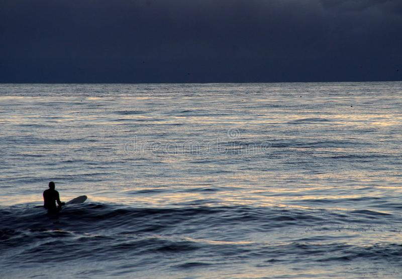 Un Surfer Avec La Planche De Surf Dans L Ocean Une Nuit Eclairee Par La Lune Image Stock Image Du Ondulation Flotter 101178057