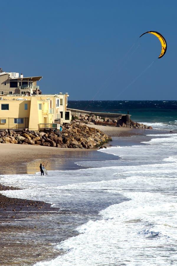 Un surfer de cerf-volant entre dans l'eau à la ligne Beac du comté photo libre de droits