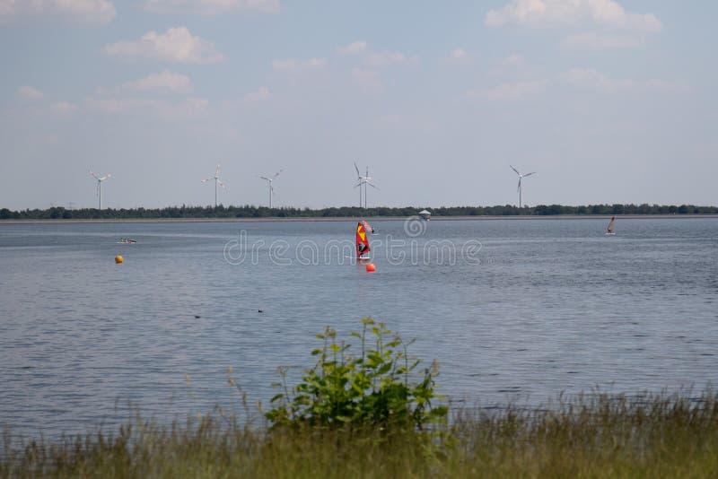 Un surfista del vento sul geeste Germania del mare di stoccaggio con cielo blu e le nuvole bianche immagini stock libere da diritti