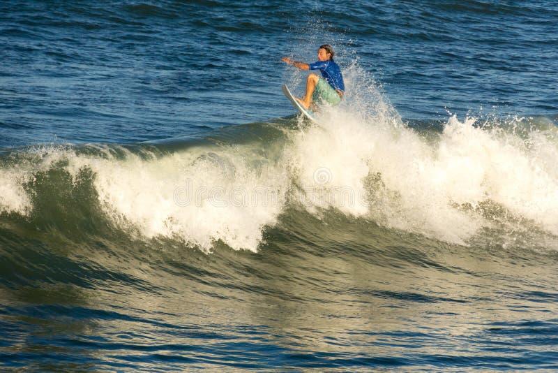 Un surfista guida un tubo II fotografia stock