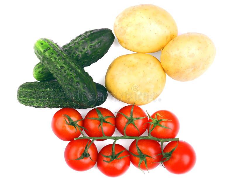 Un surtido vegetal aislado en un fondo blanco Tomates maduros Patatas orgánicas Pepinos frescos Ensaladas sanas del otoño fotografía de archivo libre de regalías