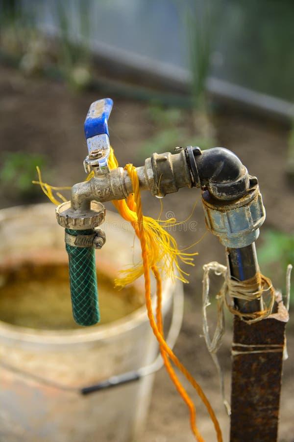 Un système d'irrigation original se composant d'un seau avec un cran images stock