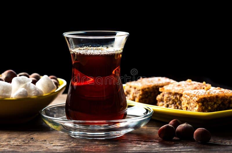 Un tè nero profumato in un bicchiere e con Shaki halva fotografia stock libera da diritti