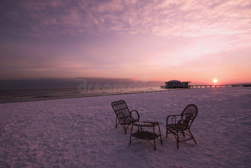 Un tè per due in una spiaggia della neve ad alba immagini stock libere da diritti