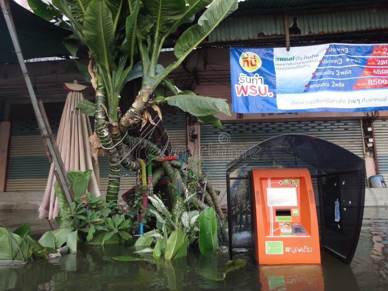 Un téléphone public est sous-marin dans une rue inondée dans Rangsit, Thaïlande, en octobre 2011 images libres de droits