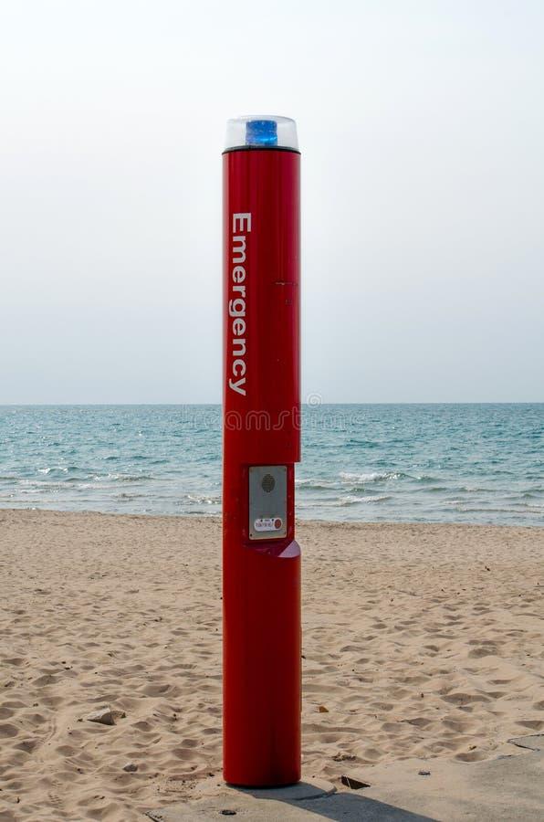 Téléphone de secours sur la plage photo libre de droits