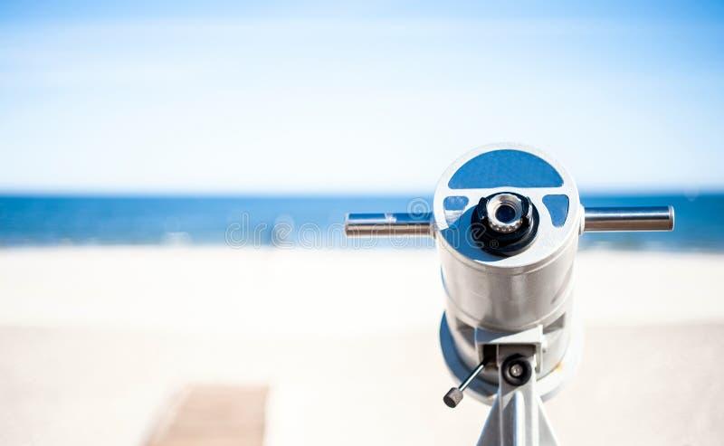 Un télescope avec la fente de pièce de monnaie photos stock